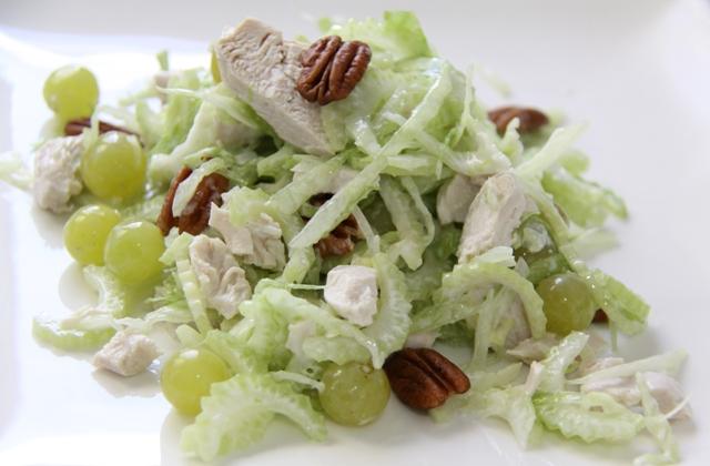 Салат из стеблевого сельдерея с курицей и яблоком