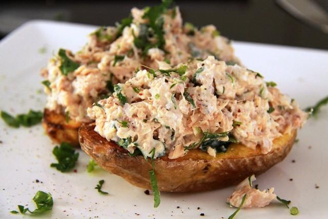 Запечённый картофель с лососем.