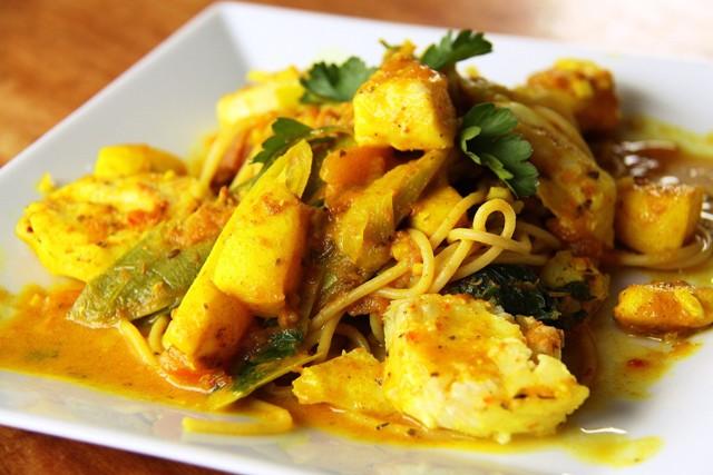 Цельнозерновые спагетти с кальмарами и треской в соусе карри (Spagetti con calamari curry)